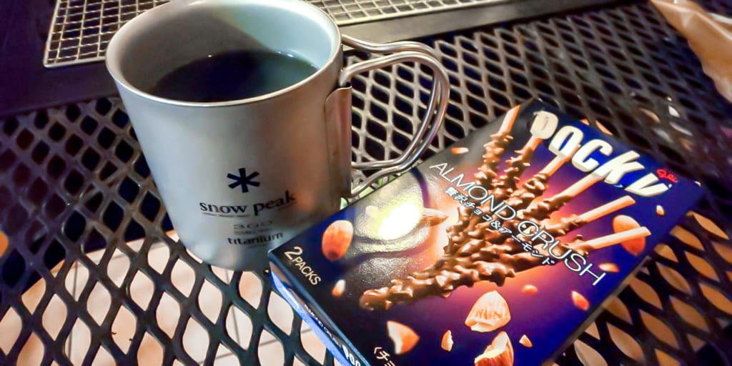 食後はコーヒーを飲みながら薪ストーブの炎を眺める-1024x512