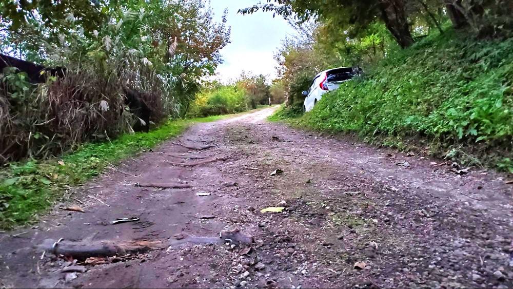 7823-おうとつのある未舗装路