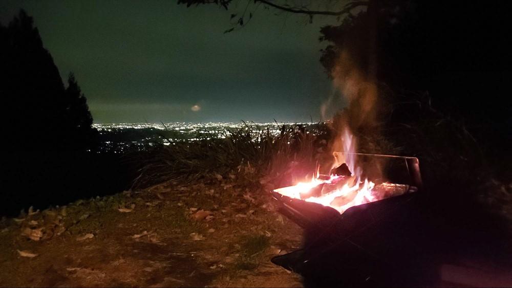 7823-くりの木キャンプ場の夜景と焚き火