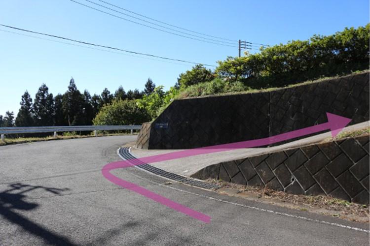 7823-坂道の説明とピンクの矢印