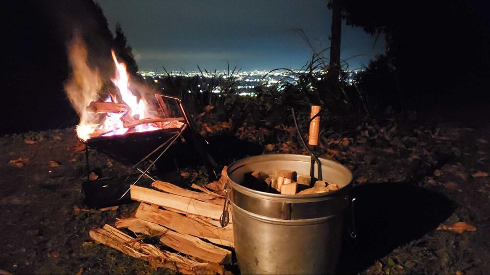 7823-薪と焚き火と夜景