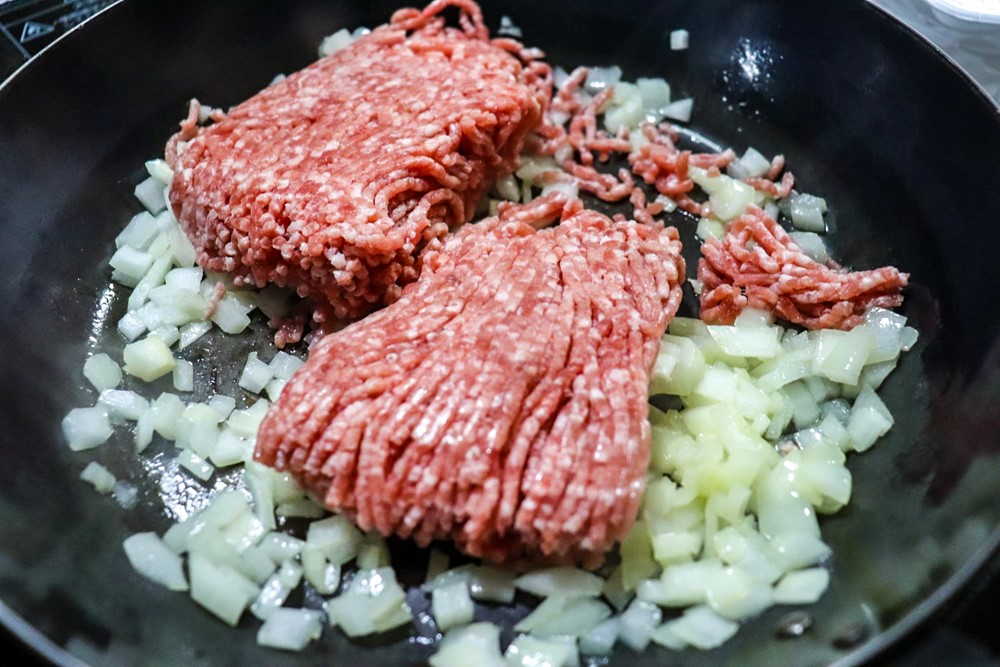 ひき肉をくわえて炒める
