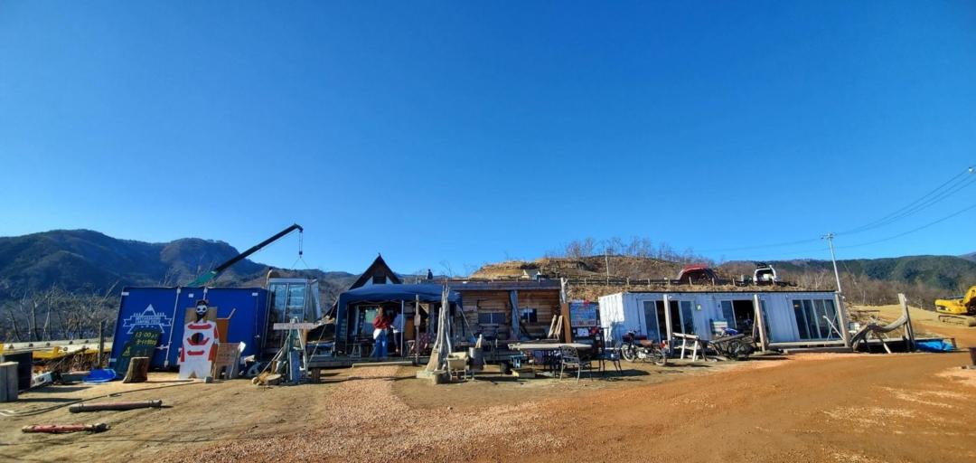 ほったらかしキャンプ場の管理棟全体写真