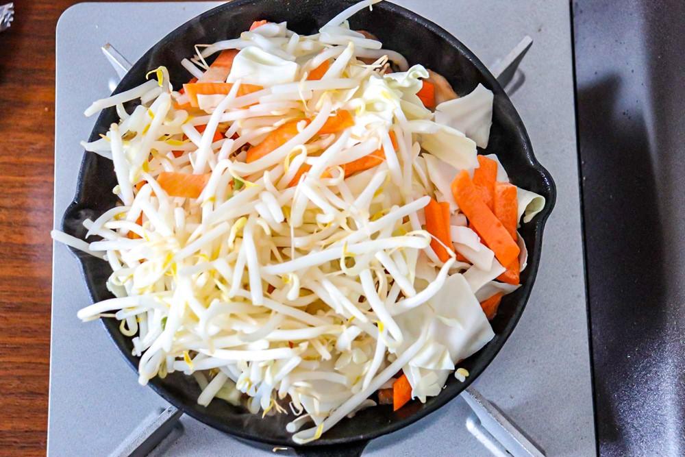 アルミホイルを取り外し、カット野菜を加え中火で炒める