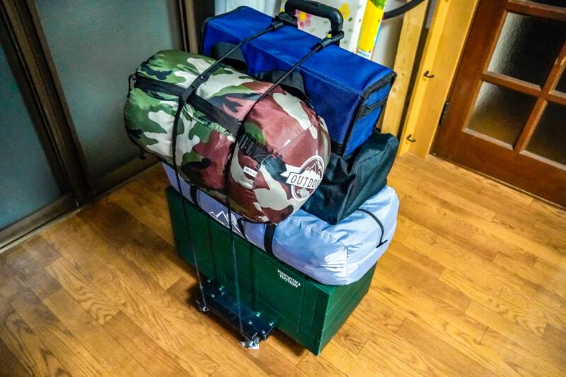 キャリーカートにコンテナとその他のキャンプ用品を固定