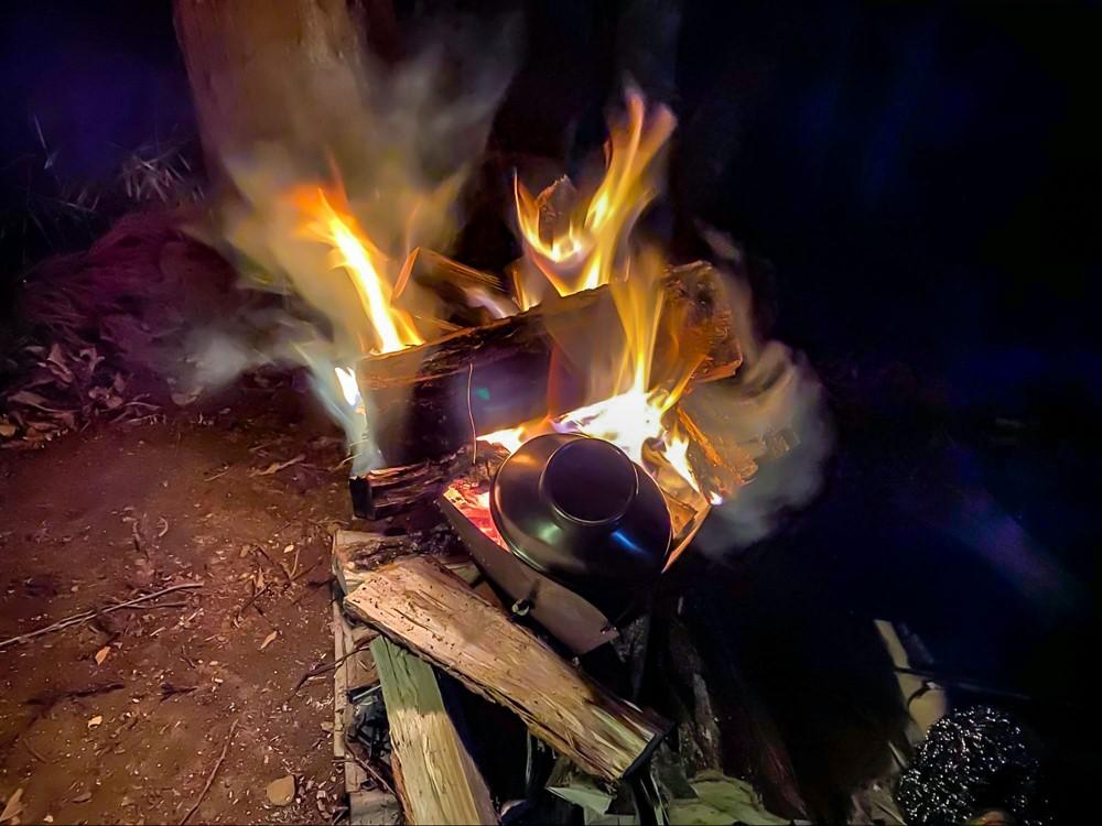 キャンティーンボトルを焚き火台に突っ込んでお湯を沸かす