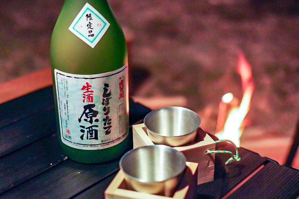 キャンプで日本酒をチビチビ楽しむ