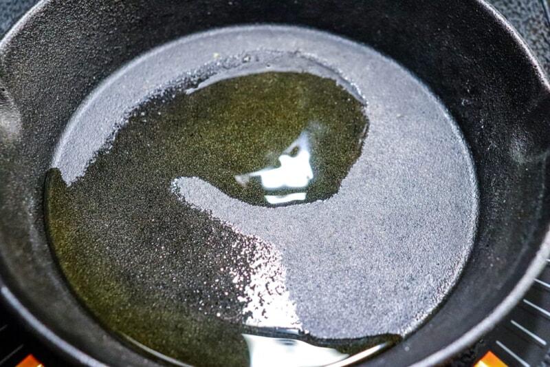 スキレットをあたため、油をひく