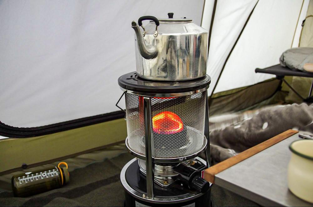 ストーブに大容量ケトルを乗せてお湯を沸かす