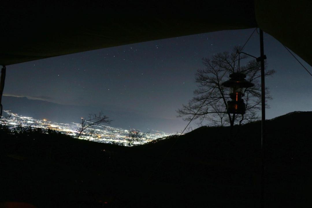 タープから見える夜景