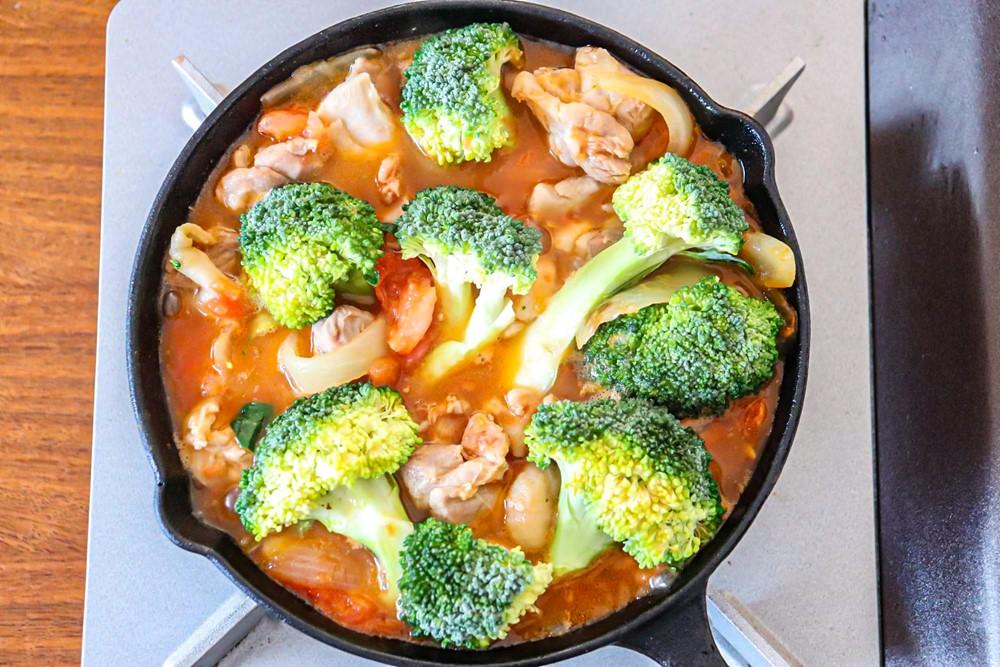 トマトの水分が十分にでたら、ブロッコリーを加え弱火で煮込む