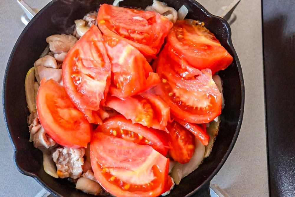 トマトを加えて崩しながら煮込む