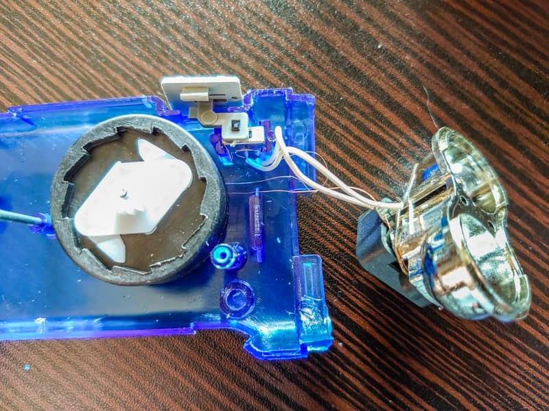 ライトを分解しても蓄電用の電池は見当たらない