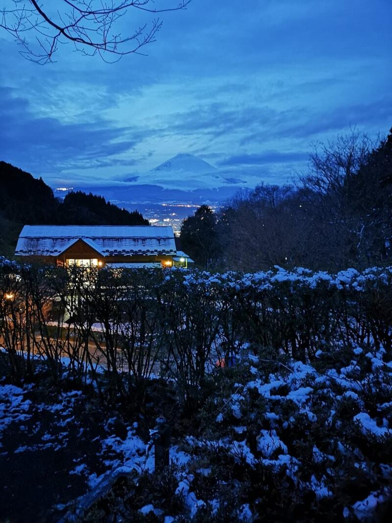 夜の富士山と夜景のコラボレーション