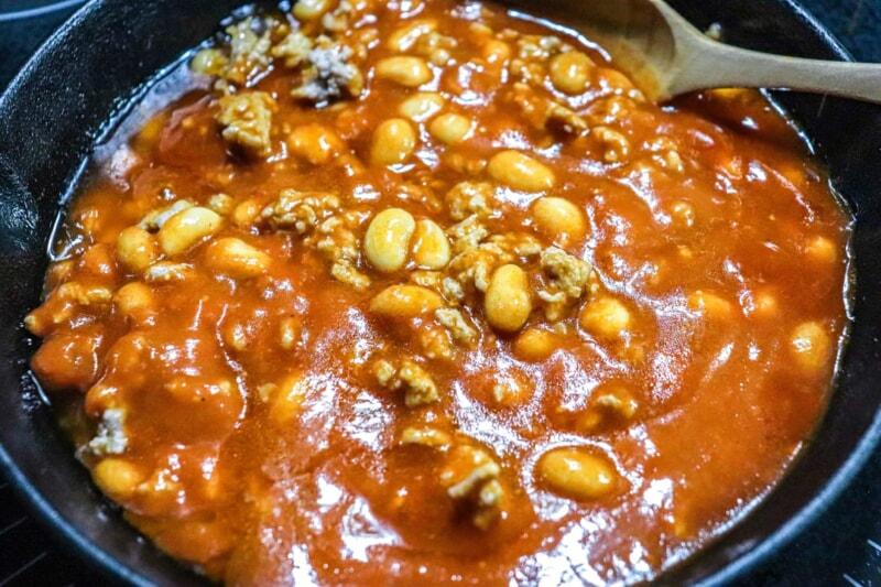 大豆に油が馴染んだら、ミートソースを入れる