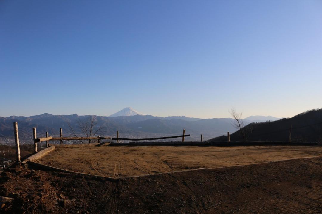 建設中のサイトと富士山