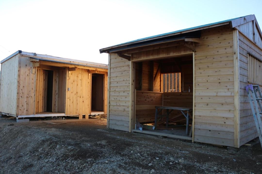 建設中のトイレと炊事棟のアップ写真