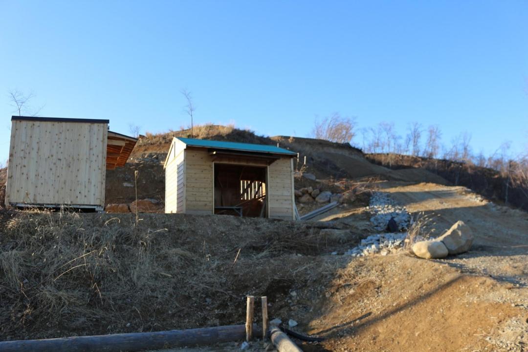 建設中のトイレと炊事棟
