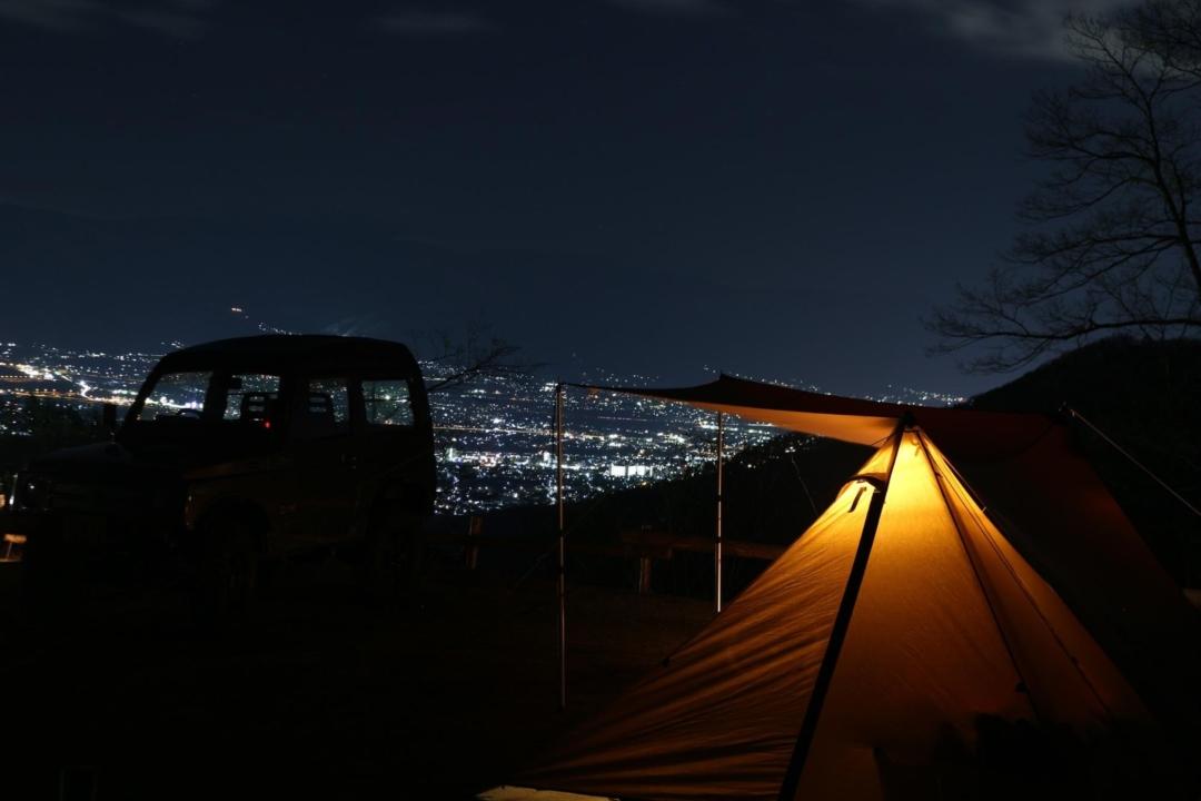 明りが灯るテントと夜景