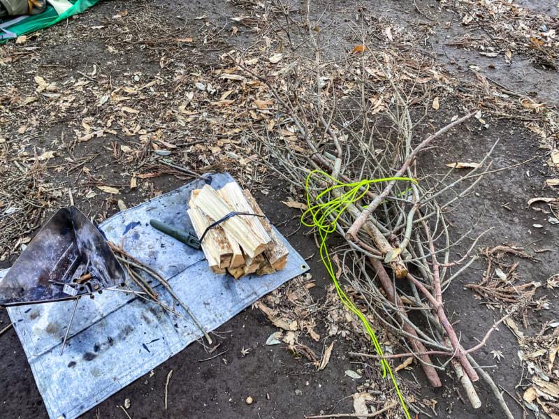 枯れ枝を集めて薪にする