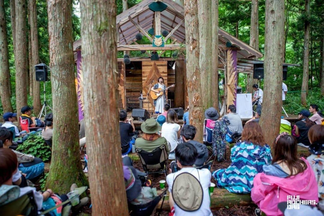 森に囲まれたフジロックの木道亭