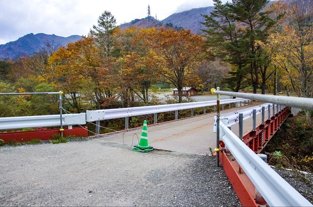 橋の入口に立ち入り禁止のコーンが置かれている