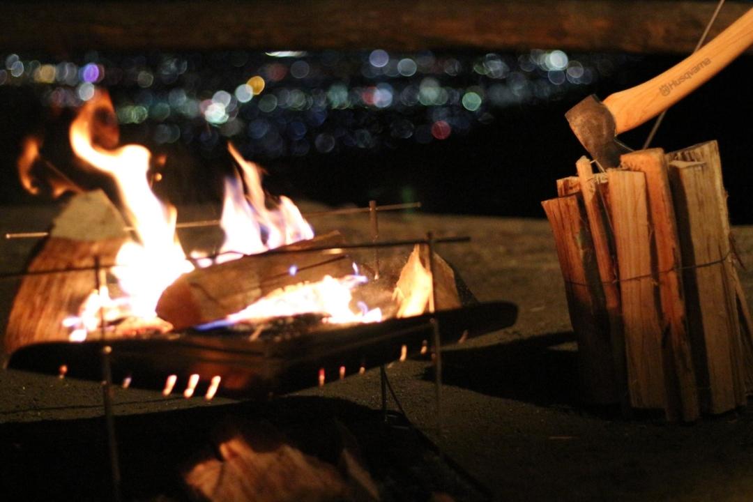 焚き火と薪と斧と夜景
