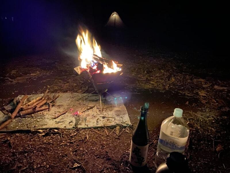 焚き火を見ながらお湯割りを楽しむ