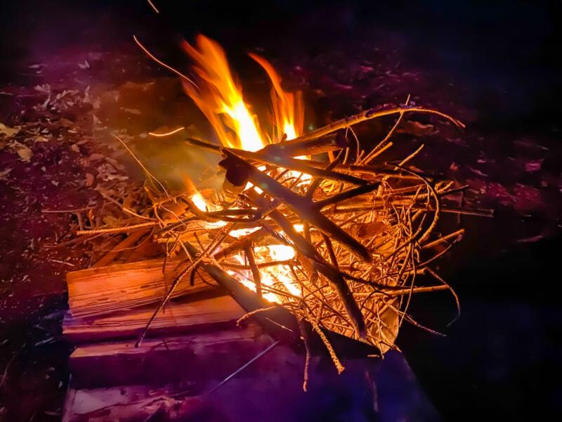 焚き火台で燃える枯れ枝