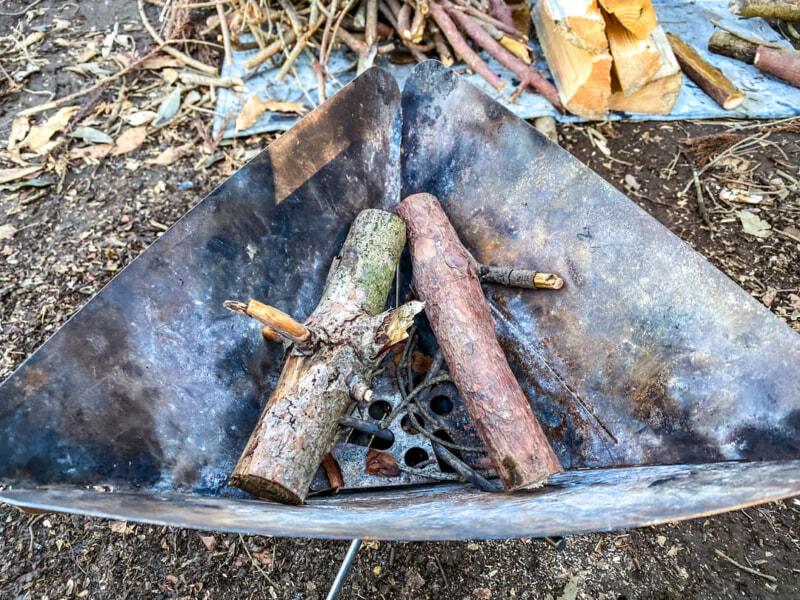 焚き火台に切った焚き木をセット