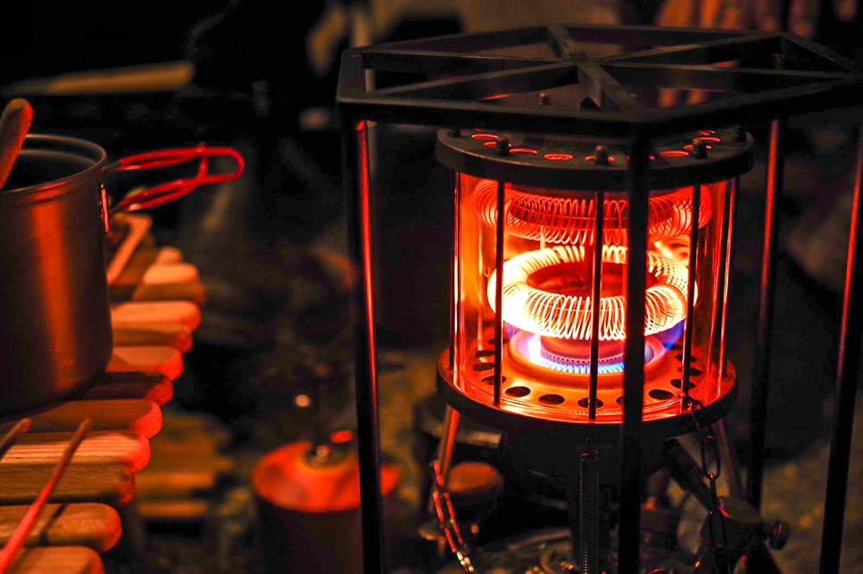 真っ赤に放熱しているストーブ