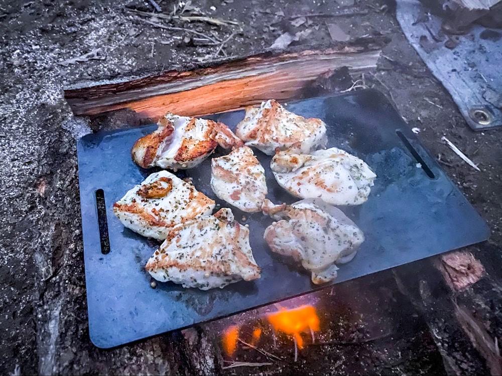 美味しそうな焦げ目のついた鶏胸肉のバジルソテー