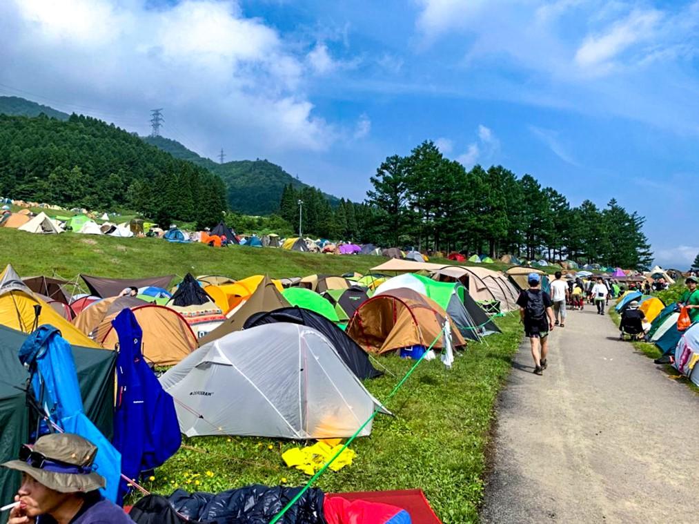 色とりどりのテントが並ぶキャンプサイト