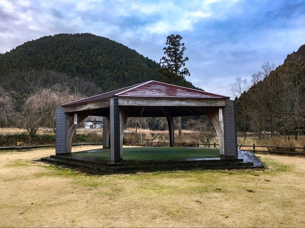 芝生エリアの奥にある休憩スペース