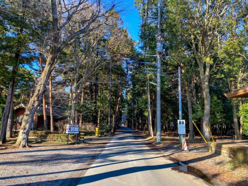豊里ゆかりの森のキャンプ場受付に続く道