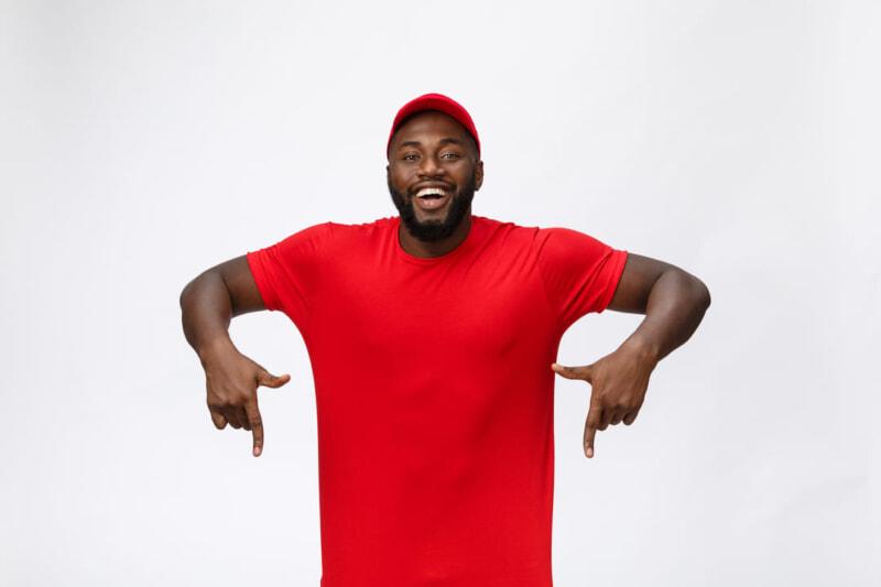 赤いTシャツを着た黒人