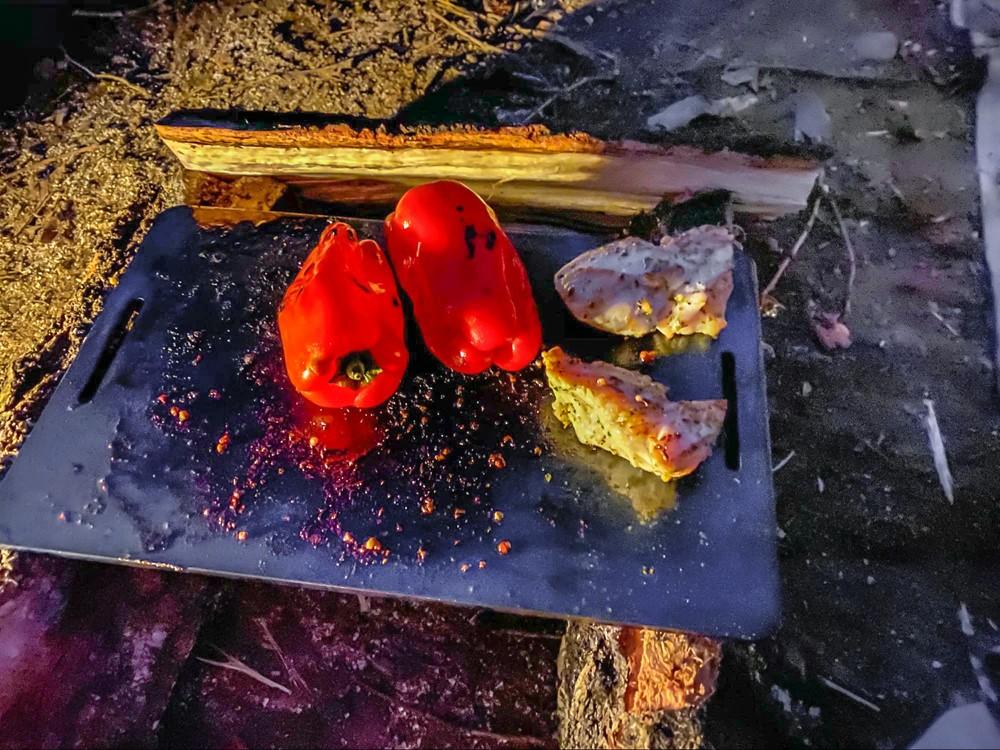 赤ピーマンを丸ごと鉄板で焼く