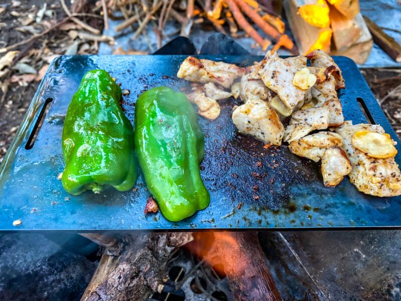 鉄板で焼いた豚肉とピーマン