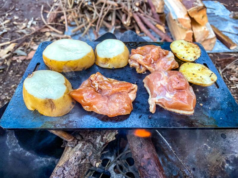 鉄板で焼く鶏肉とジャガイモ