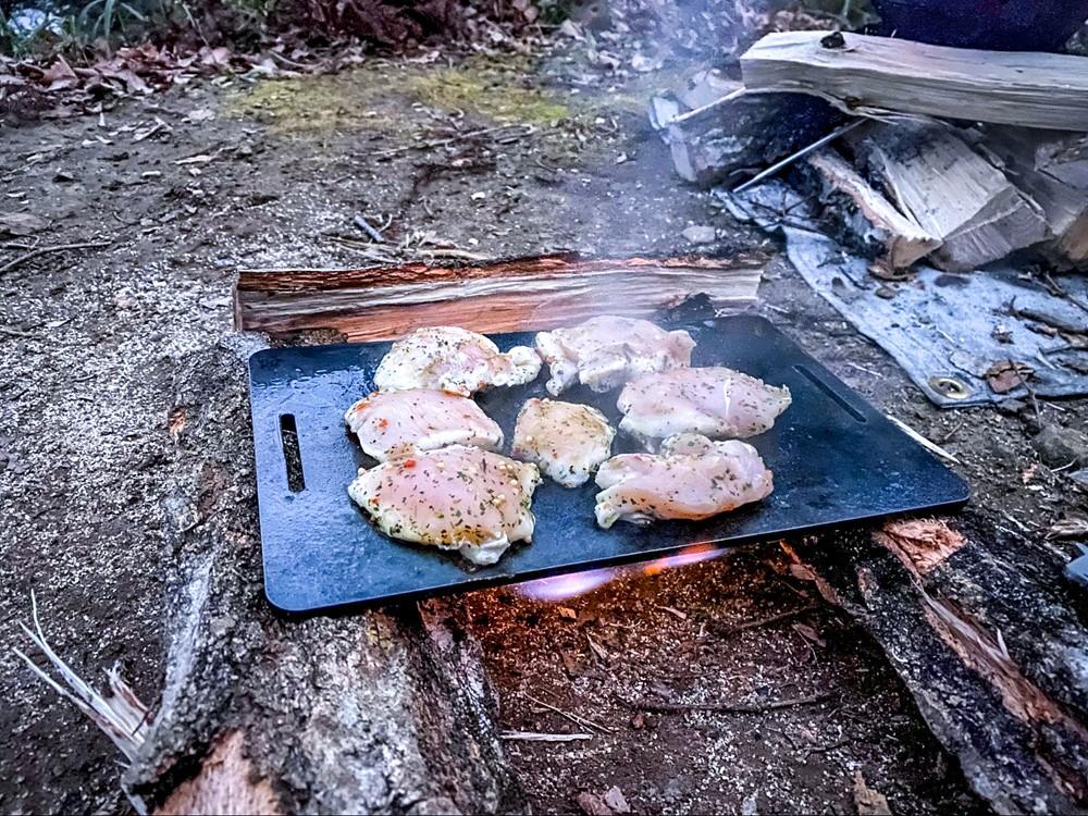 鉄板で鶏胸肉のバジルソテーを焼く