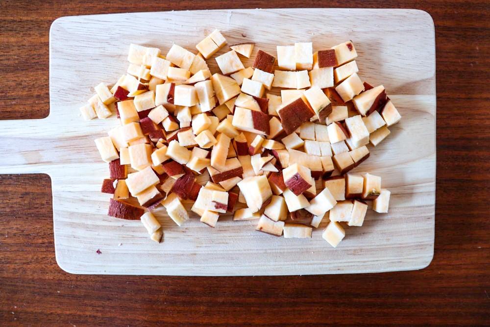 5ミリ角程度に細かくカットしたさつまいもをパン生地に混ぜる