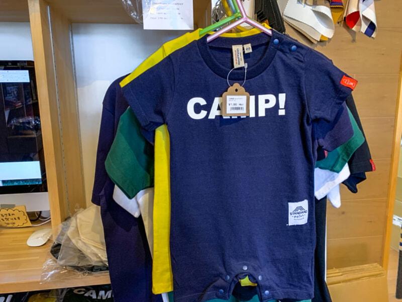 CAMPと書かれたTシャツ