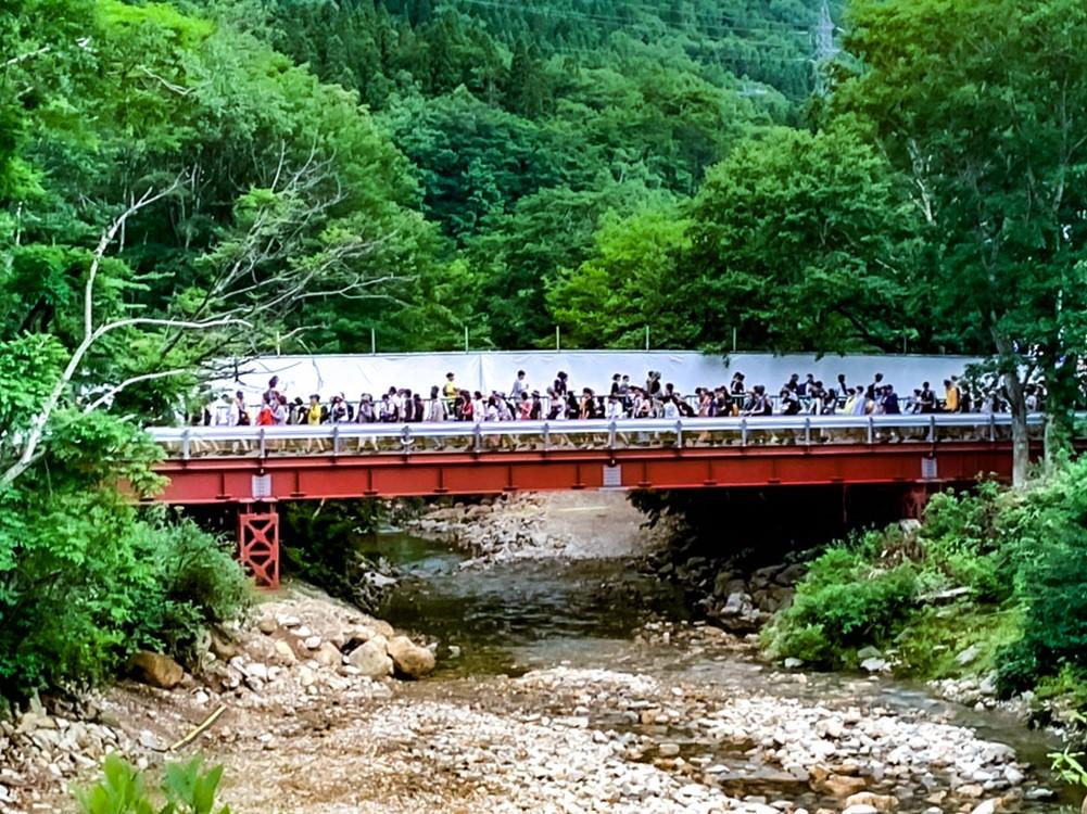 OASISへと続く赤い橋