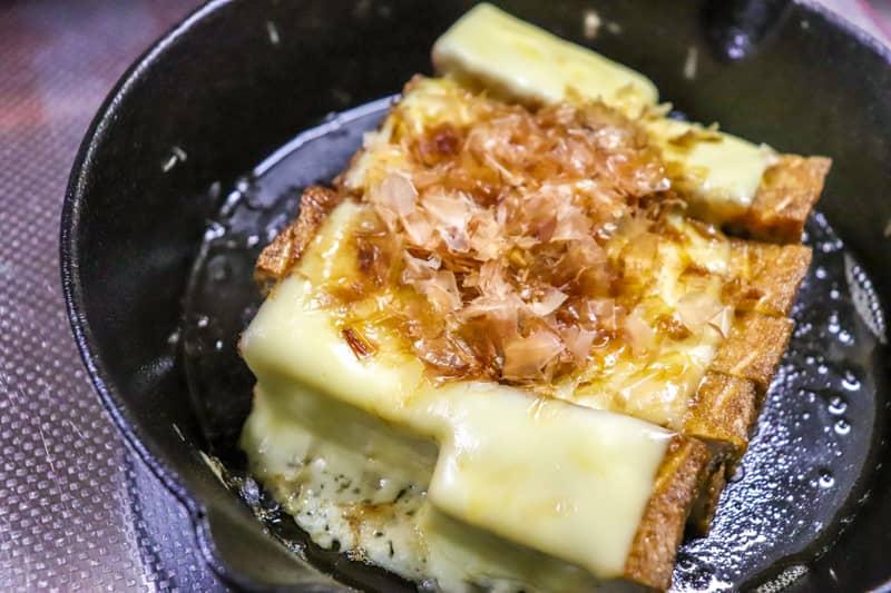 スキレットで作った厚揚げのチーズステーキ