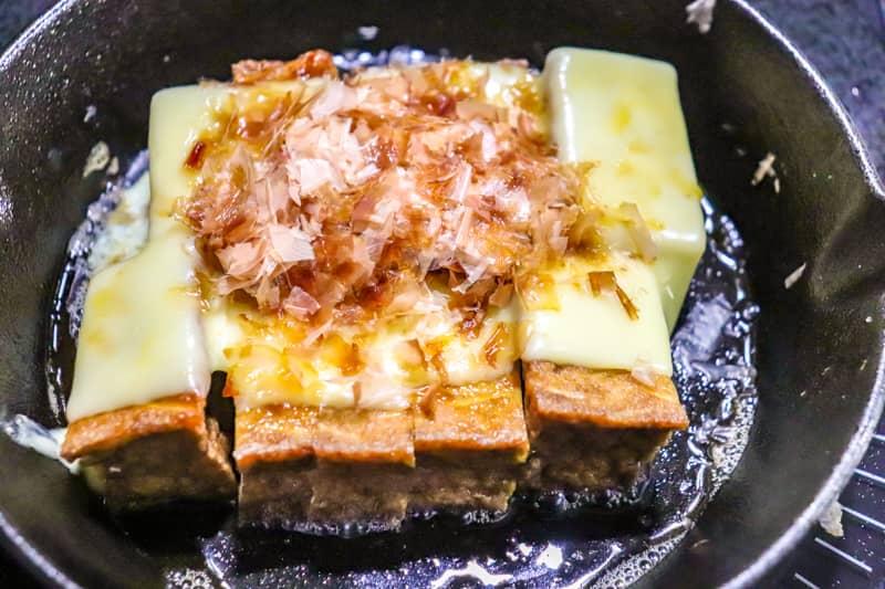 チーズが溶けたら鰹節と醤油をかける