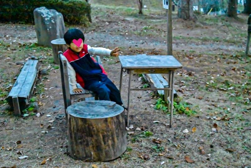 バーベキュー場に設置されたイスに座る子供