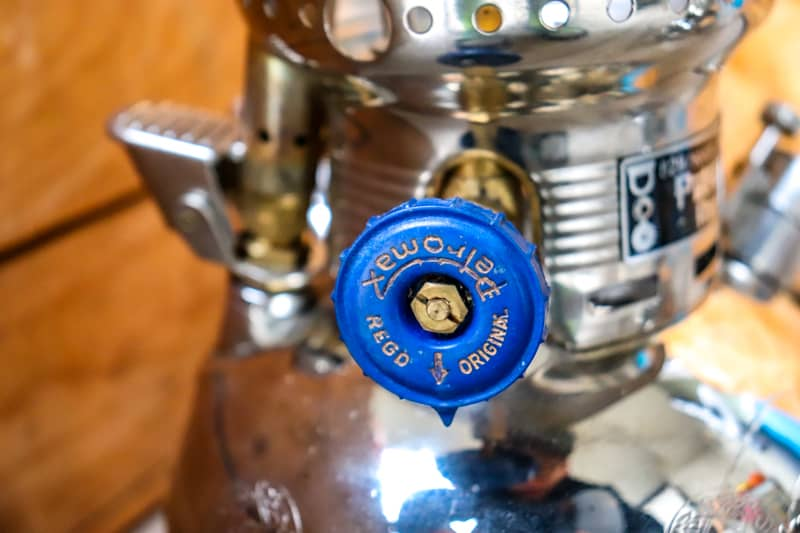プレヒートが終わったら青色のノブを矢印が真下にくるように回転させて点火