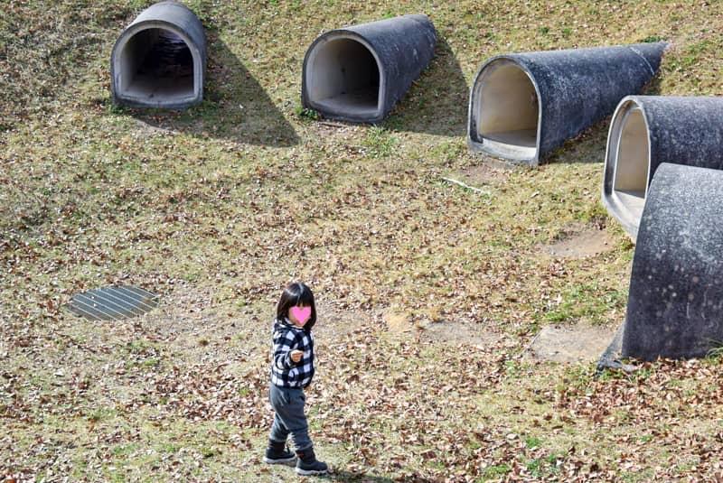 公園で振り向いて何かを見せる子供