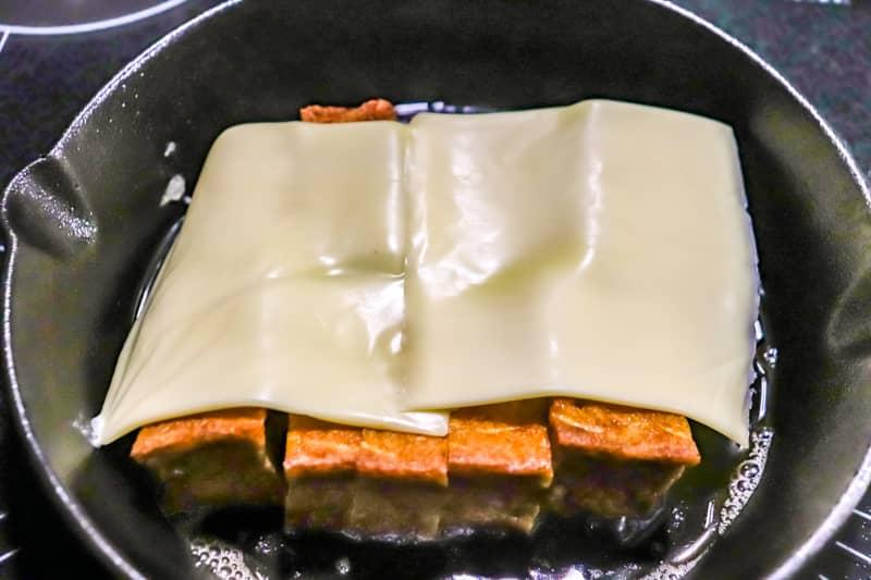 厚揚げの両面に焼き色がついたらチーズをのせる