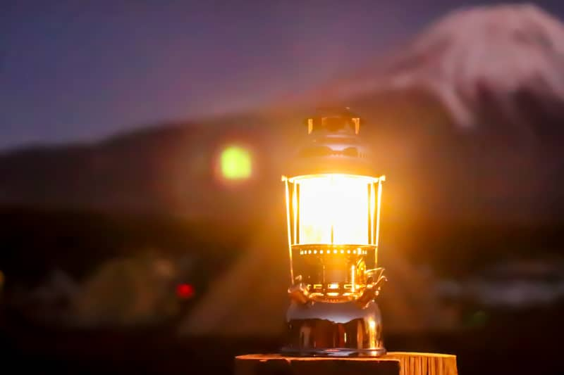 夜のキャンプ場で煌々と輝くペトロマックスHK500